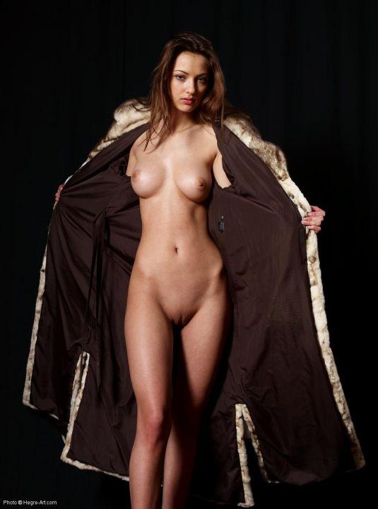 обнаженная девушка в пальто фото онлайн порно